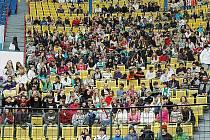 Diváci při zahájení AniFestu na stadionu fotbalového týmu FK Teplice.