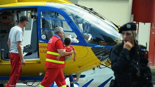 Vrtulník nedávno přiletěl do Mostu pro přiotráveného chlapce.
