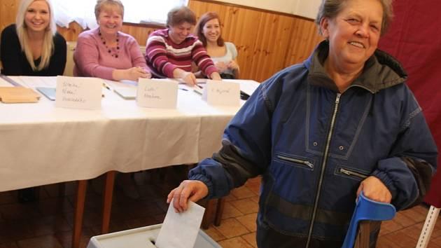 Volební místnost v restauraci v Lomu.