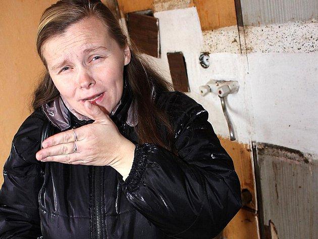Marcela Veverková v kuchyni bytu, který jí bylo město Most ochotno přidělit. Je v zoufalém stavu.