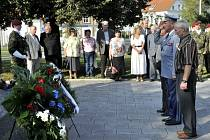 Pietní akt u žateckého památníku letcům RAF z Ústeckého kraje.