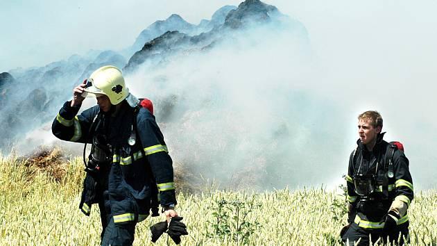Hasiči zasahují u požáru stohu u Svinčic.
