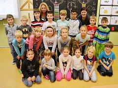 Žáci 1. B v 15. ZŠ Most s třídní učitelkou Lenkou Vrabcovou (vlevo) a asistentkou pedagoga Janou (vpravo)