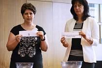 Úřednice mostecké radnice losovaly v pondělí odpoledne čísla kandidátů pro říjnové volby do Senátu.