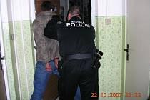 Strážník městské policie v Mostě zatýká dvaadvacetiletého mladíka, který se pokusil vykrást byt.