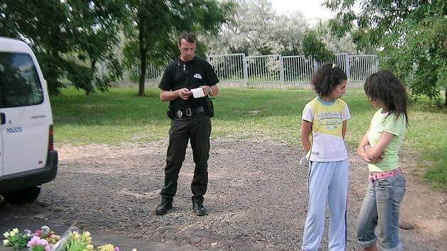 Strážník při zadržení dvou žen, které kradly kytice z hrobů.