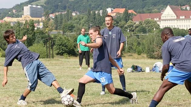 Mostečtí fotbalisté při netradičním tréninku u děkanského kostela.