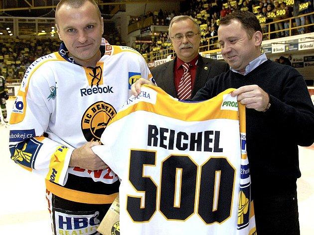 Robert Reichel s dresem ke svému jubilejnímu 500. zápasu.