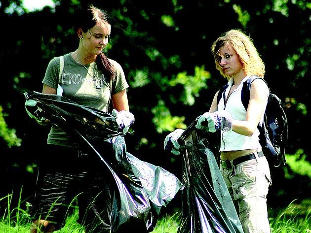 Dobrovolnice uklízejí park Šibeník.