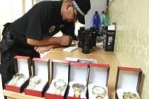 Prodejce i s hodinkami skončil na služebně městské policie. Zboží mu strážníci zabavili. Dostane ho zpět, když doloží jeho původ.