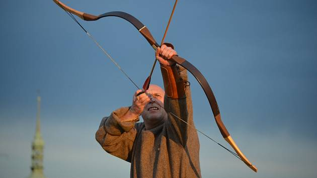 Člen historického spolku trénuje střelbu z luku u mosteckého kostela v předvečer oslavy keltského svátku Beltain, kterou oblastní muzeum organizovalo před třemi lety.