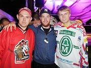 Sraz navštívil i bývalý brankář Litvínova Pavel Francouz (uprostřed). Zájem o společnou fotografii s ním byl obrovský.
