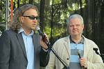 Ředitel litvínovského gymnázia Jan Novák (vlevo) a ředitel litvínovské ZUŠky Jaroslav Sochor při zahájení Majálesu.