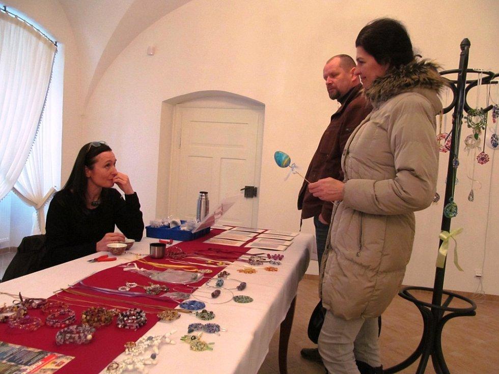 V zámku si lidé mohli koupit ručně vyrobené doplňky.