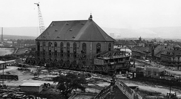 Přesun kostela vMostě vroce 1975.