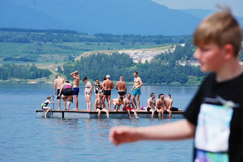 Jezero Most se za vedra zaplňuje. Jezdí i Pražané.