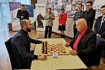 Vzácné hosty mělo zahájení šachového turnaje v Mostě. Zúčastnili se ho mostecký primátor Jan Paparega a hejtman Oldřich Bubeníček.