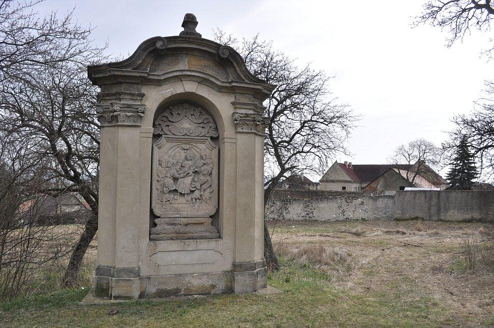 Čtyři výklenkové kaple v mosteckém Vtelně zachycují tzv. Sedm bolestí Panny Marie. Zbylé tři kaple se nedochovaly.