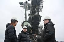 Zástupci Severní energetické se včera sešli  u havarovaného rýpadla se zástupci výrobce uhelného rýpadla KU300, uničovského UNEX, který bude vyprošťovací práce zajišťovat.
