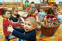 Děti ze stacionáře braly víčka z plastových lahví také jako jednu z hraček.
