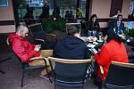 Zástupci ČSSD sledují průběžné výsledky voleb v Hospůdce Na Hřišti.