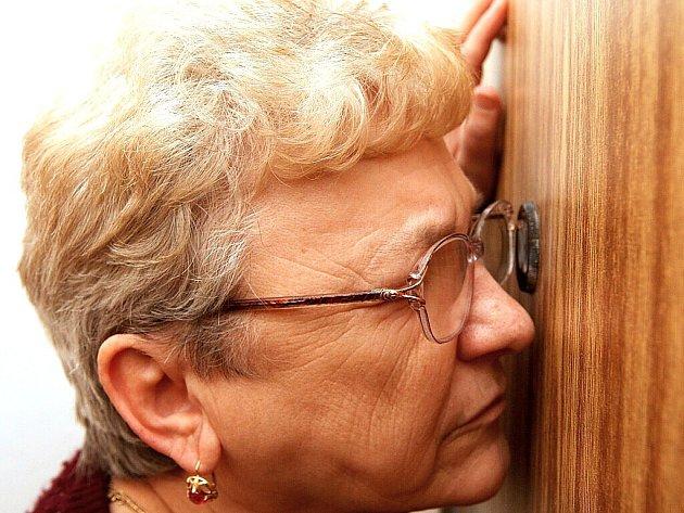Senioři z Mostu se díky programu prevence kriminality dočkají nových dveřních kukátek. Ta současná zastaralá v panelových domech jim nevyhovuje, stejně jako Boženě Kaiserové.