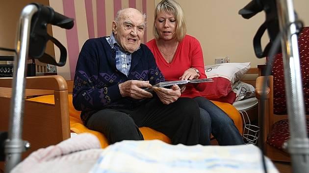 Dobrovolníci pomáhají například seniorům.