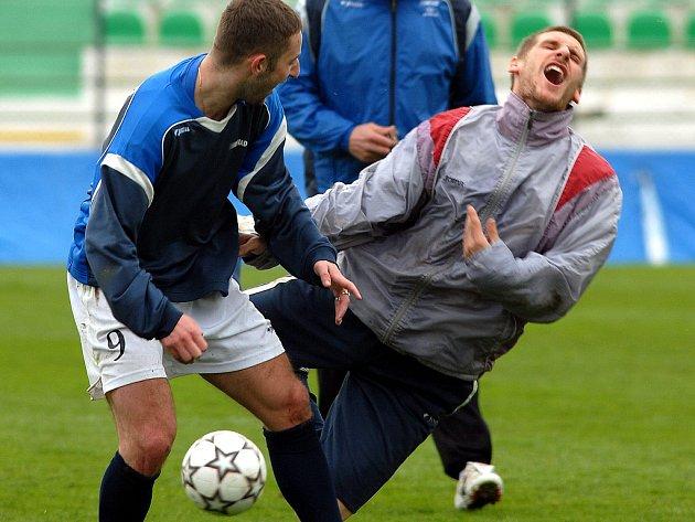 Mostečtí fotbalisté při čtvrtečním tvrdém tréninku na zápas s Bohemians.