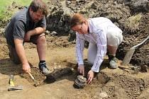 Na snímku jsou antropoložka Jana Kujavceva Hlavová a Martin Volf, archeolog z Ústavu archeologické památkové péče severozápadních Čech Most, u jednoho ze dvou odkrytých kosterních hrobů na Slatinické výsypce.