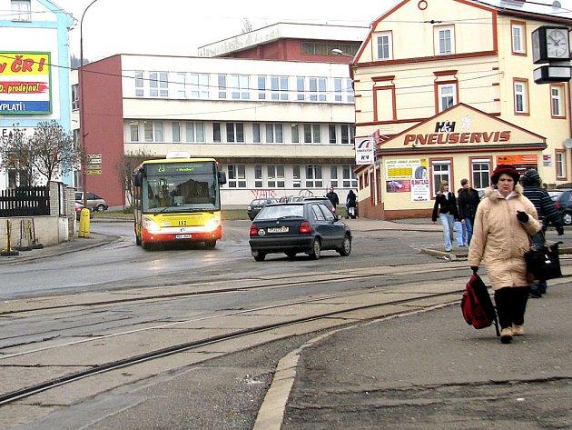 Nepřehledná křižovatka v litvínovské Smetanově ulici. Má se změnit.