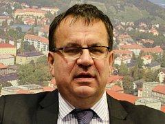 Ministr Jan Mládek při lednové návštěvě Mostu.