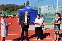 Žáci VOŠ, OA, SPgŠ a SZŠ v Mostě sportují v novém.