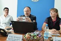 Mostecký policejní šéf Jiří Volprecht čte děkovný pozdrav od babičky, kterou přepadli dva lupiči. Policie je dopadla. Vpravo vyšetřovatelka případu Dagmar Zieglerová, vlevo kriminalistka Anita Akulenková.