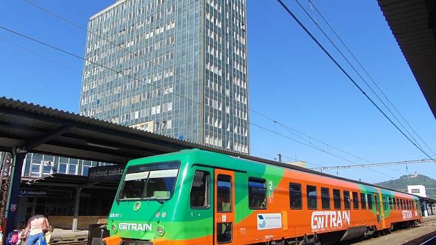 Rychlíkové spoje na trati Most - Plzeň zajišťuje společnost GW Train Regio. Ve vlacích neplatí jízdenky Českých drah.