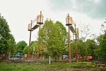 V parku Šibeník v Mostě pokračuje výstavba 3D bludiště