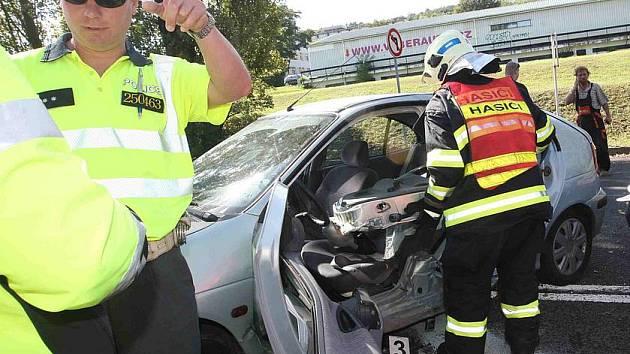 Dopravní policisté vyšetřují střet dvou osobních aut v Žatecké ulici