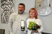 Ředitelka ZŠ v sídlišti Chanov Monika Kynclová převzala medaili. Foto: Deník/Edvard D. Beneš