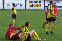 V sedě na zemi skončili po souboji hráč celku Litvínova (světlé dresy) a Rakovníku, který v Litvínově vyhrál.