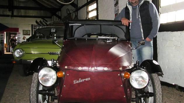 Tomáš Urban u Velorexu, který je také součástí nové expozice na litvínovském nádraží. Právě do něj si návštěvníci chtějí často sednout a vyzkoušet si, jak se cítí řidič vozidla, o kterém se říká, že nebourá, ale leští.