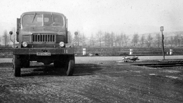 Snímky z nehody u obce Záluží 1. dubna 1966.