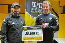 Hráči a zaměstnanci HC VERVA Litvínov vybrali peníze pro Adrianku.