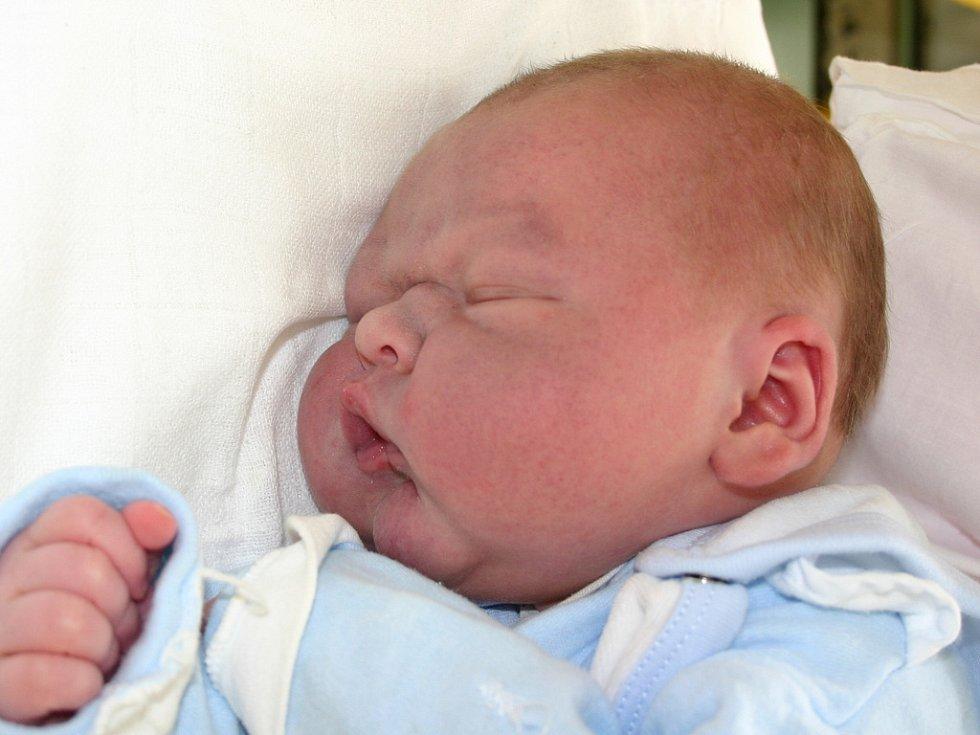 Mamince Adrianě Jungschaferové z Mostu se 25. prosince v 9.55 hodin narodil syn Rudolf Konheiser. Měřil 54 centimetrů a vážil 4,4 kilogramu.