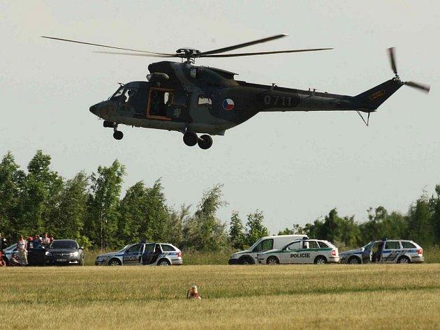 Do pátrání se zapojila i dvojice vrtulníků
