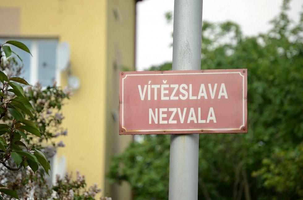 Ulice Vítězslava Nezvala. Tady Mostečan přepadl dva mladistvé. Ve čtvrtek 14. května byl v lokalitě klid