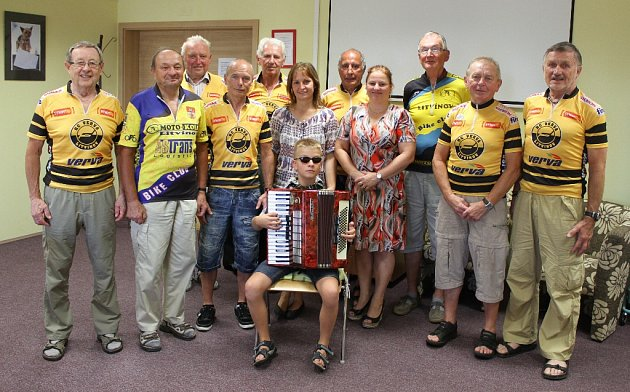 Cyklisté zKlubu 70ve spolupráci sMěstskou knihovnou Litvínov podpořil nevidomého Ondru Krejču zLitvínova.