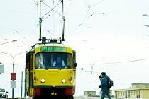 MĚSTŮM NEBRAT. Děti přecházejí koleje tramvají na křižovatce u mosteckého Centralu. Tramvajový provoz v Mostě a Litvínově by byl zachován, tvrdí mostecká opozice, která prosazuje likvidaci tramvajové trati mezi oběma městy a chemičkou.