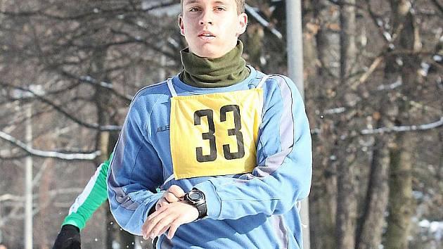 Čtvrtkař Pavel Benda z AK Most startuje také v kadaňském Zimním běžeckém poháru a v průběžném pořadí seriálu drží třetí místo kategorie juniorů. Snímek je z cíle minulého Běhu lesoparkem v Kadani.
