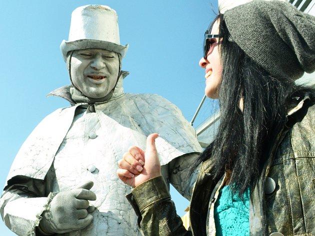 Slovenský mim-socha u Centralu v Mostě, kde na jaře bavil lidi, zatímco 1. náměstí bylo prázdné.