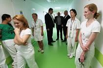 Mostecká nemocnice minulý týden ukázala modernizované šestinedělí, otevře se zřejmě od září. Ještě se musí dovybavit.