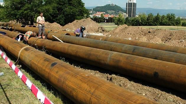 Výměna horkovodu v parku Šibeník v Mostě, která proběhla před dvěma lety. Také letos chystají teplárenské společnosti řadu oprav.